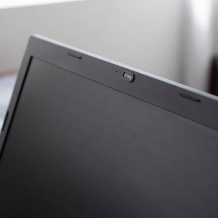 Webcam Cover am Laptop mit Logo
